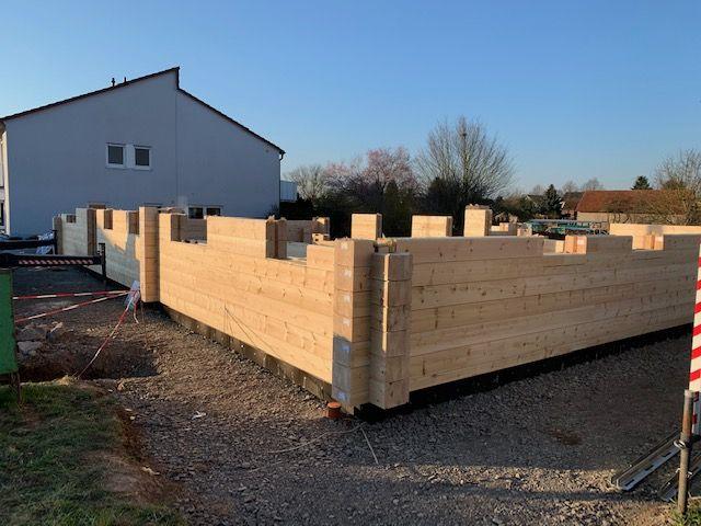 Blockhausbau - Bohle für Bohle kommt übereinander