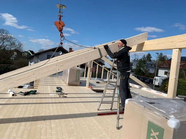 Blockhaus Neubau - Der Dachstuhl wird gerichtet