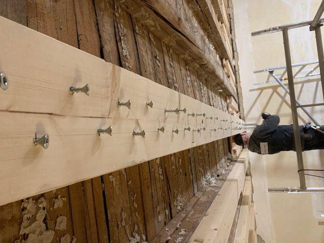 Altbau - Sanierung - Schwierige Zimmererarbeiten, die Balkendecke muss verstärkt werden