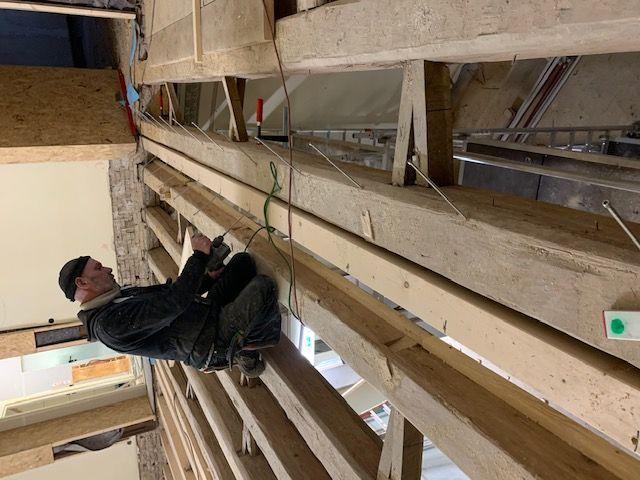 Baustelle in Wiesbaden - Schwierige Zimmererarbeiten, die Balkendecke muss verstärkt werden