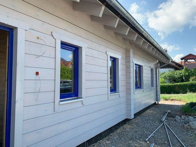 Ökologisches Blockhaus als Einfamilienhaus - Die Traufseite des Holzhauses in massiver Blockbauweise