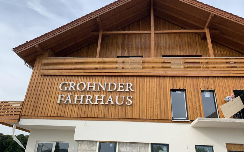 Fährhaus in Niedersachsen - Holzarbeiten  an der Fassade des Hotels - Holzbau Brandt