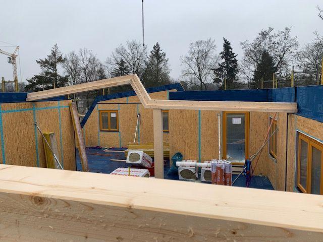 Holzrahmenhaus - Der Dachstuhl des Neubaus wird gebaut