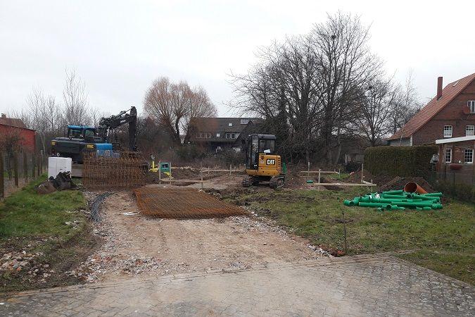 Singlehaus in Blockbauweise - Blockhaus Baustelle in Niedersachsen - Erdarbeiten - Fundament - Holzbau Brandt