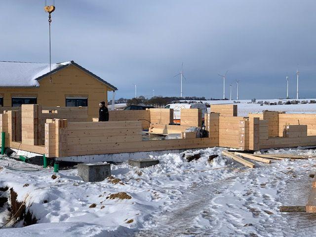 Finnisches Holzhaus in echter Blockbauweise mit 275 mm dicken Blockbohlen - Hausbau im Winter