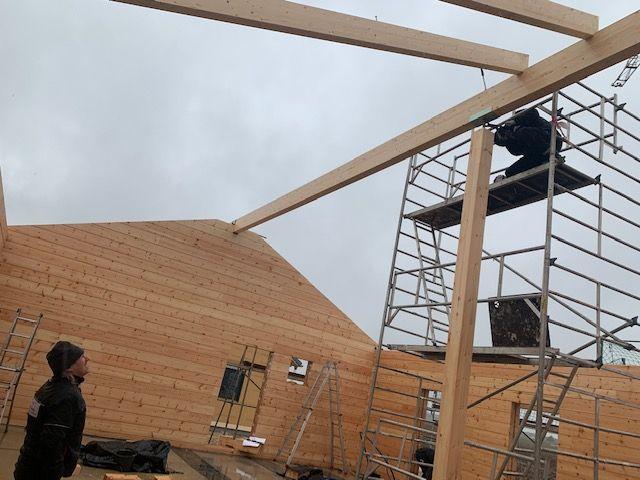 Blockhaus mit Komplettmontage - Firstpfette  - Dachkonstruktion wird errichtet
