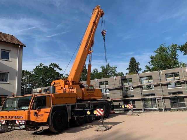 Holzbau Brandt - Neubau - Holzrahmenhaus - Der Dachstuhl wird montiert