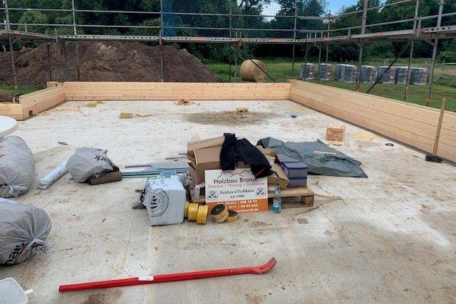 Die ersten Blockbohlen mit 275 Breite werden montiert - Holzbau Brandt