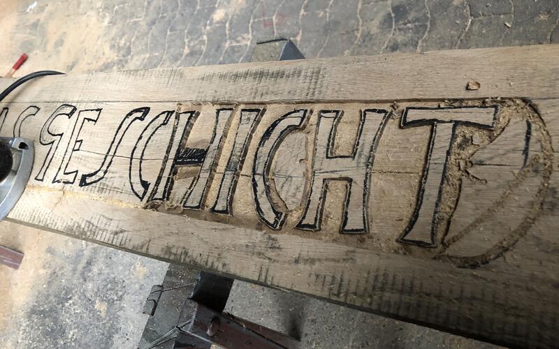 Neuer Spruchbalken aus Holz wurde geschnitzt
