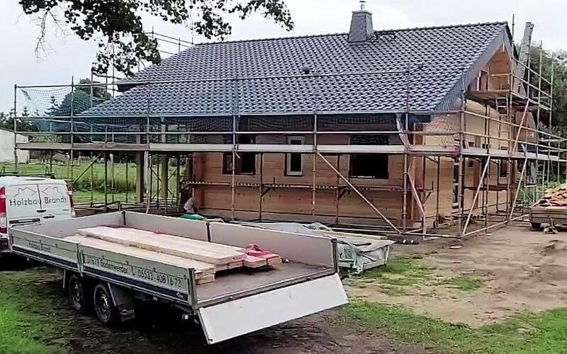 Wohnblockhaus wurde mit schwarzen Dachpfannen eingedeckt