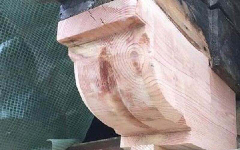 Aufarbeitungen der Holzelemente an der Fassade  - Sanierung im Unigebäude Göttingen - Niedersachsen