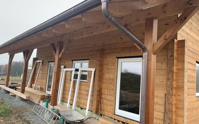 Holzbau Brandt - Blockhausbau - Montage mit Fenstereinbau